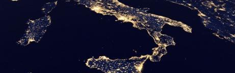 Weltraumansicht der Erde in der Nacht: Europa ist erhellt mit Licht.