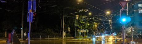 Beleuchtete Strasse in der Nacht