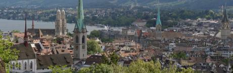 Ein Bild der Stadt Zürich mit dem Zürichsee im Hintergrund