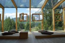Ein Haus in den Bergen mit einer sehr grossen Fensterfront